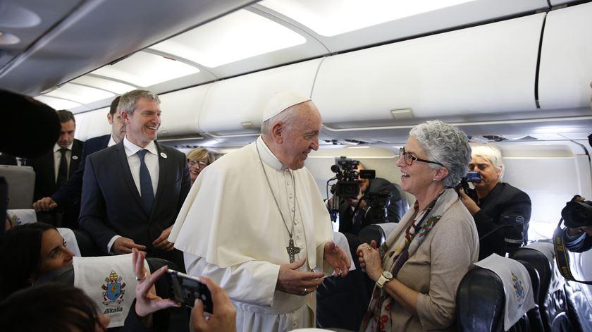 Aura Miguel faz 100.ª viagem no avião papal. Francisco saúda a vaticanista da Renascença