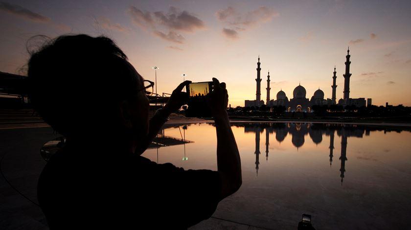 """Francisco recebido nos Emirados para """"construir relações de grande paz"""""""