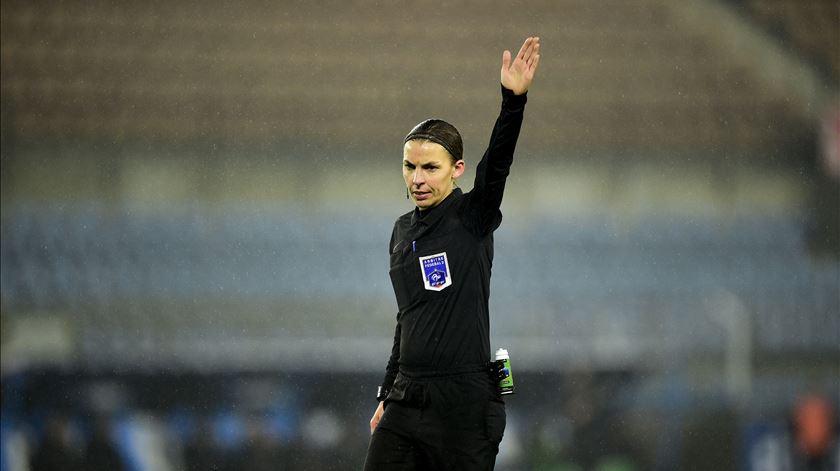 No domingo, faz-se história em França. Pela primeira vez, uma mulher vai arbitrar na Ligue 1