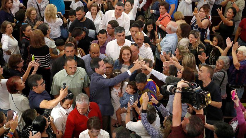 Guaidó com apoiantes após oração em Caracas. Foto: Carlos Garcia Rawlins/Reuters