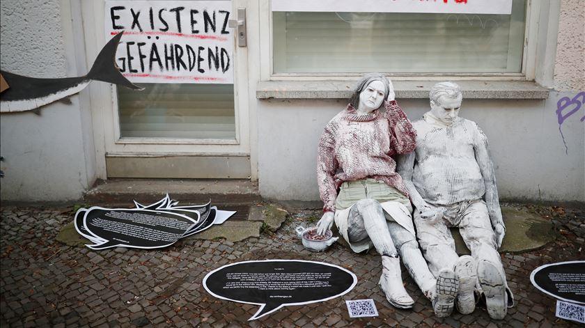 """Mais recente manifestação contra subida das rendas em Friedrichshain. No cartaz lê-se """"Existência em perigo"""". Foto: Hannibal Hanschke/Reuters"""