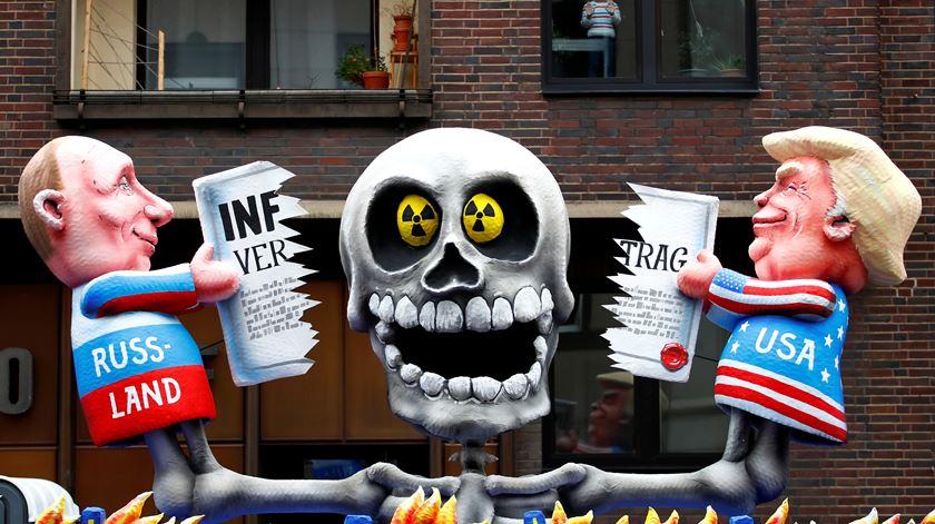 Fim iminente do acordo não escapou a escárnio no carnaval em Düsseldorf, Alemanha. Foto: Wolfgang Rattay/Reuters