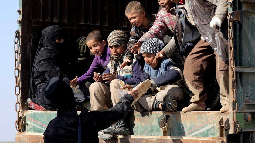 Estado Islâmico. França repatria crianças que estavam em campos da Síria