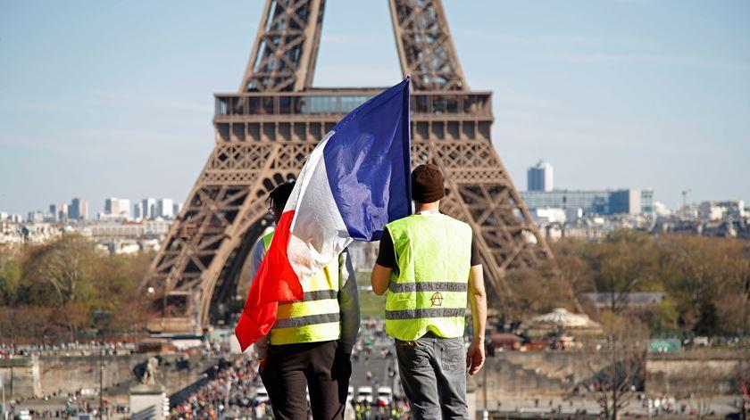 """Em resposta aos """"coletes amarelos"""", Governo francês anuncia descida de impostos"""