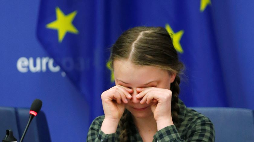 """""""Salvem o planeta como salvaram Notre Dame"""". Greta Thunberg faz apelo aos políticos europeus"""