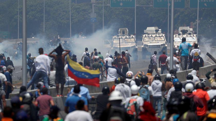 Venezuela. Militares atropelam populares em Caracas