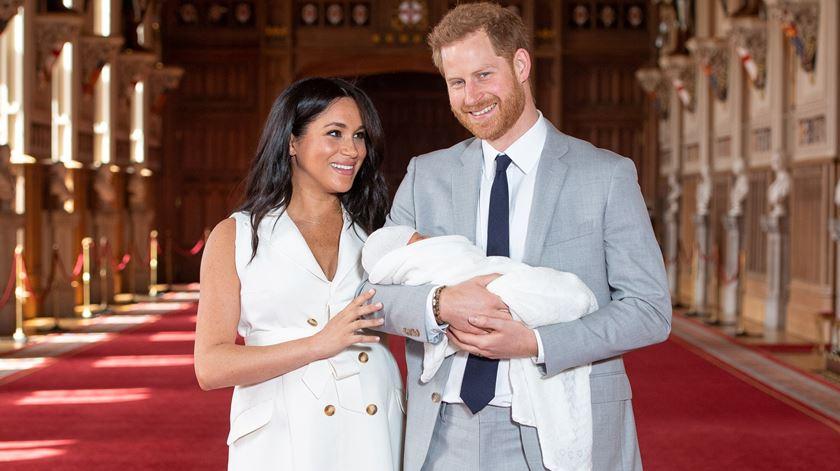 Meghan e Harry apresentam bebé real