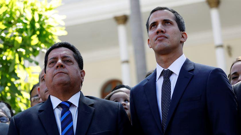 """Venezuela. Forças Armadas cercam Assembleia Nacional, Guaidó fala em """"cobardia"""" de Maduro"""