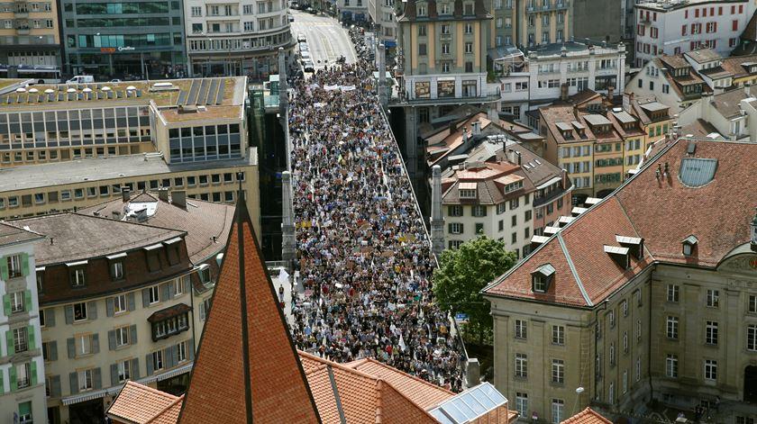 Milhares saíram à rua em Lausane, na Suíça. Foto: Denis Balibouse/Reuters
