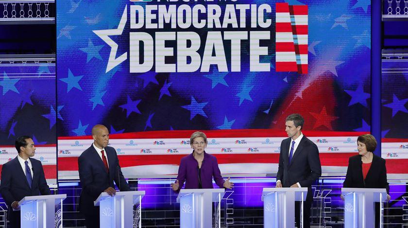 Presidenciais 2020. Candidatos às primárias democratas atacam políticas de Trump