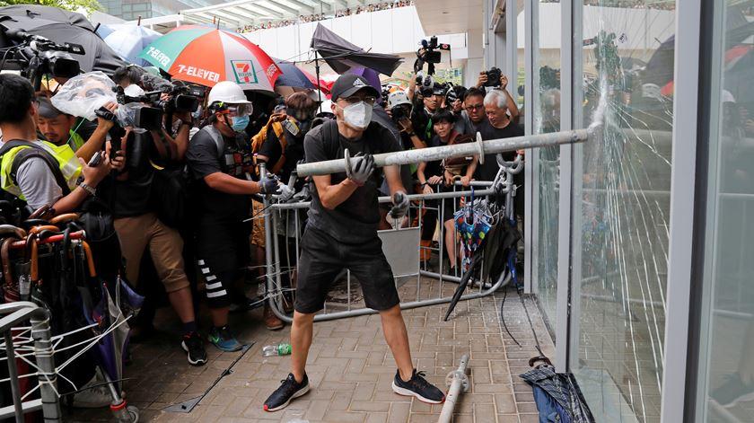 Protestos violentos regressam às ruas de Hong Kong