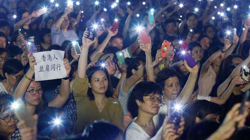 """""""Protejam as nossas crianças"""": mães protestam em Hong Kong em defesa dos jovens manifestantes"""