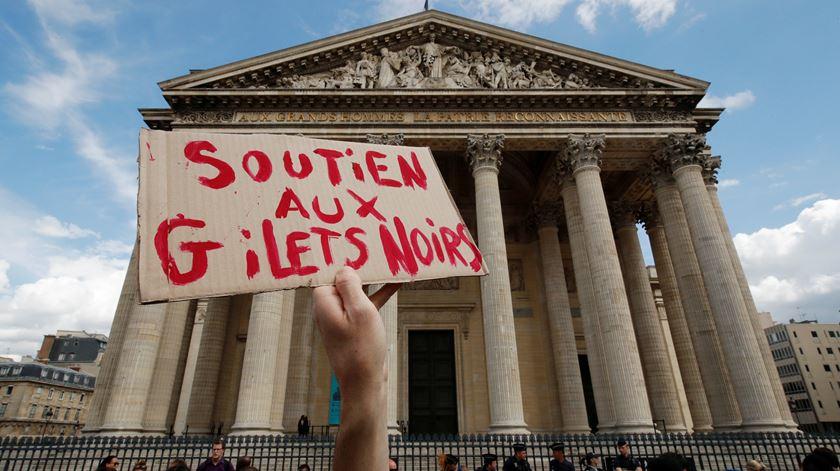 """Centenas de migrantes clandestinos ocupam Panteão de Paris exigindo """"documentos e alojamentos"""""""