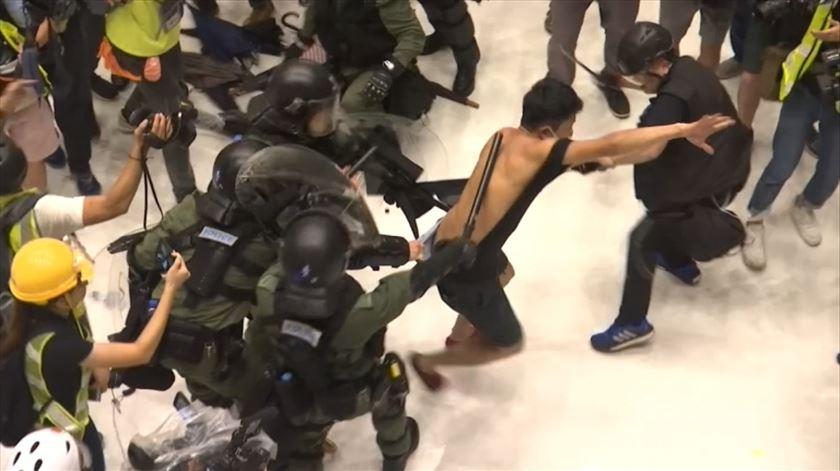 Manifestantes de Hong Kong invadem centro comercial