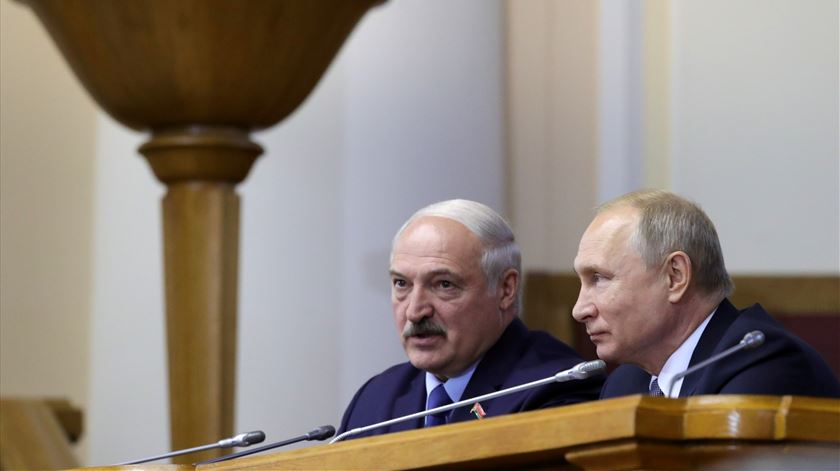 Putin oferece ajuda a Lukashenko para garantir segurança da Bielorrússia