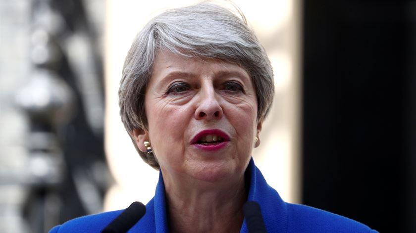 O adeus a Theresa May: da chuva de elogios ao receio do novo sucessor