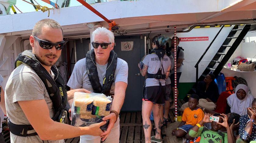 Richard Gere distribui comida em navio encurralado há sete dias no Mediterrâneo