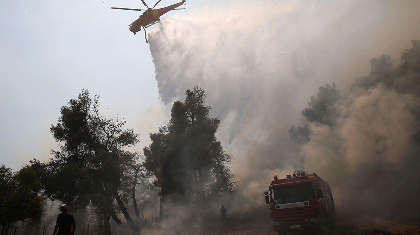 Na ilha grega de Eubeia um incêndio obrigou à retirada de 500 pessoas e à evacuação de um mosteiro. Foto: Costas Baltas/ Reuters