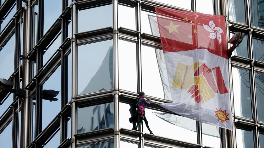 """Hong Kong. """"Homem-aranha"""" sobe arranha-céus em apelo à paz"""