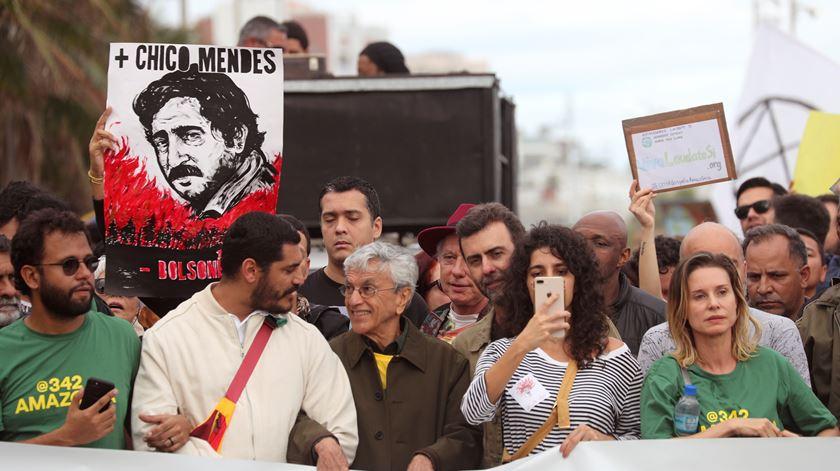 Caetano Veloso entre os manifestantes em defesa da Amazónia