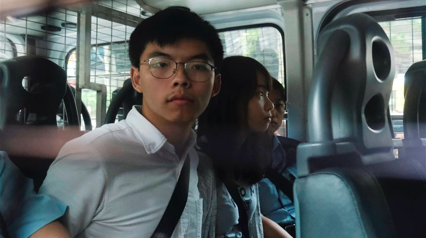 Três ativistas pró-democracia detidos pela polícia