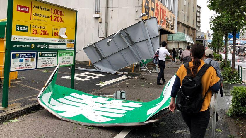 Um morto e dezenas de feridos à passagem de tufão no Japão