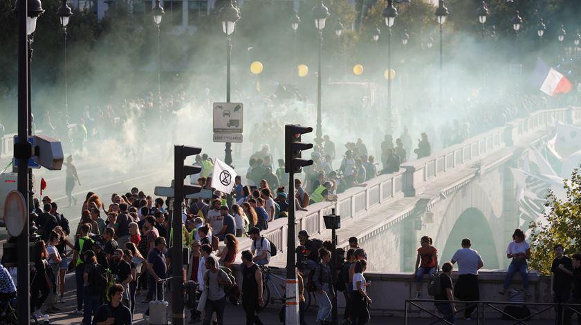 Coletes amarelos provocam o caos na marcha do clima em Paris