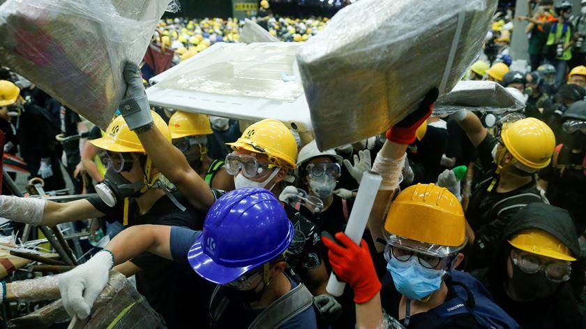 Manifestantes tentam invadir Conselho Legislativo de Hong Kong. Foto: Thomas Peter/Reuters