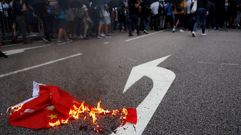 Manifestação ilegal em Hong Kong dispersada com gás lacrimogéneo e gás pimenta