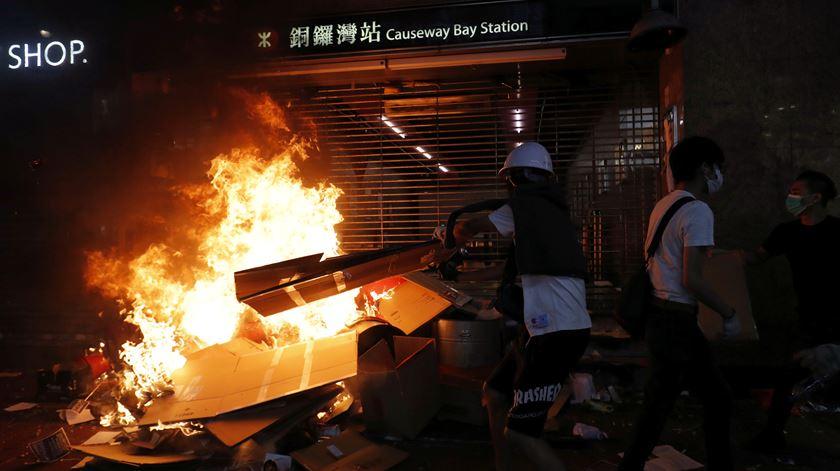 Manifestantes bloqueiam entrada na estação de metro de Causeway Bay. Foto: Susana Vera/Reuters