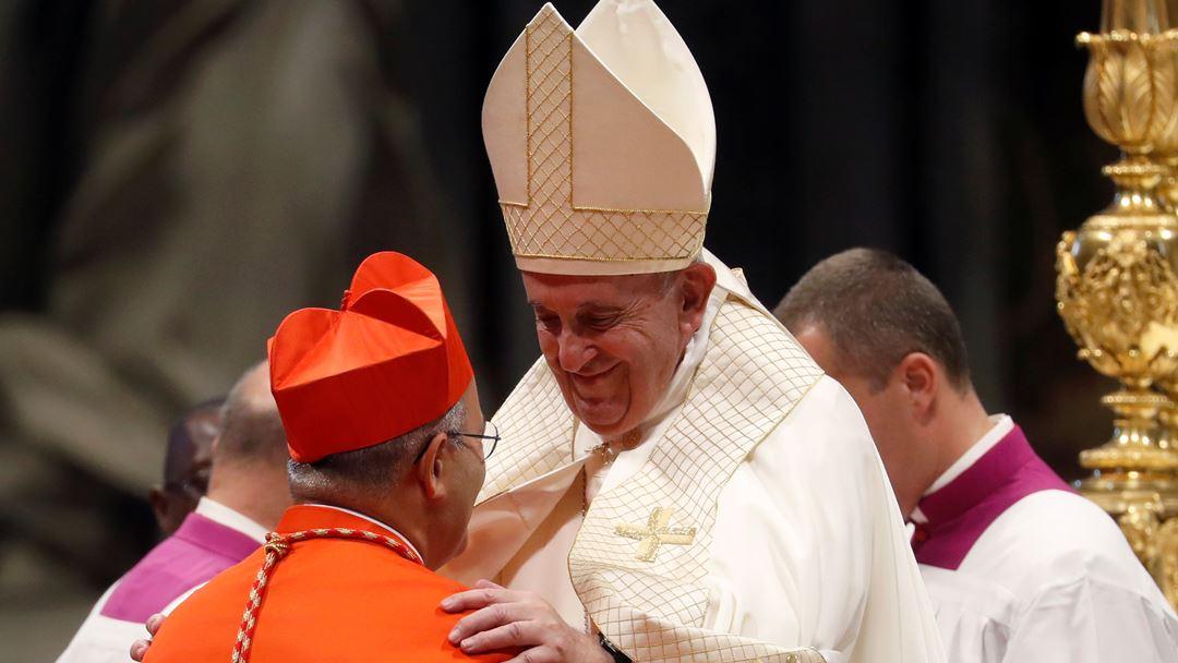 Dezenas de portugueses acompanharam a criação cardinalícia de D. José Tolentino Mendonça no Vaticano, onde marcaram presença a ministra da Justiça, Francisca Van Dunem, e o presidente do Governo Regional da Madeira, Miguel Albuquerque.