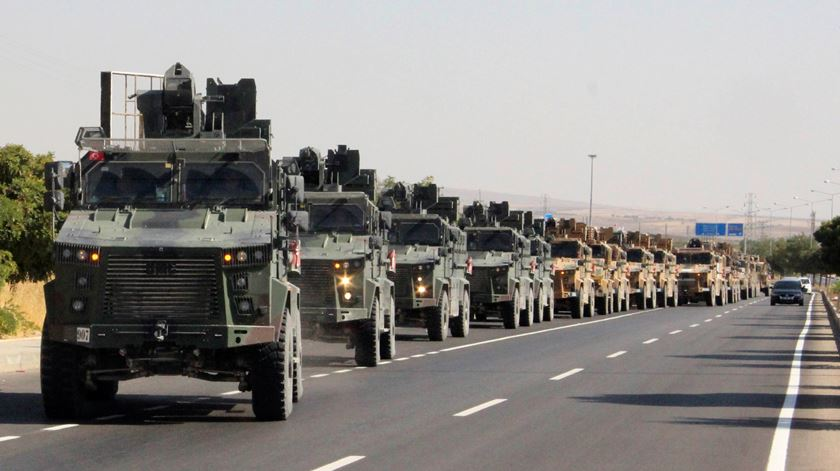Após anúncio de Trump, Turquia bombardeia nordeste da Síria