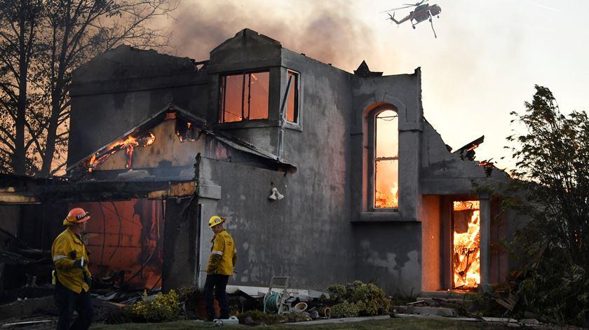 Fogos na Califórnia obrigam mais de 40 mil pessoas a abandonar casas