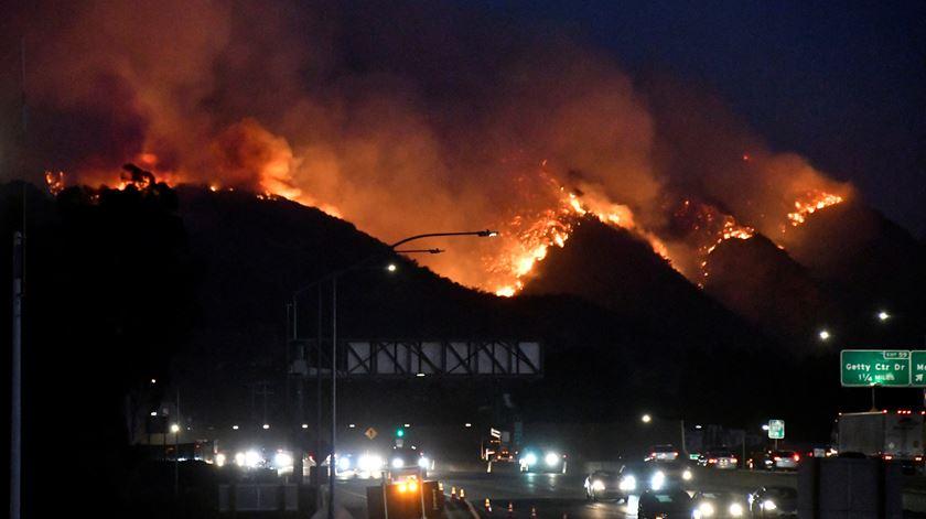 Incêndios na Califórnia deixam rasto de destruição