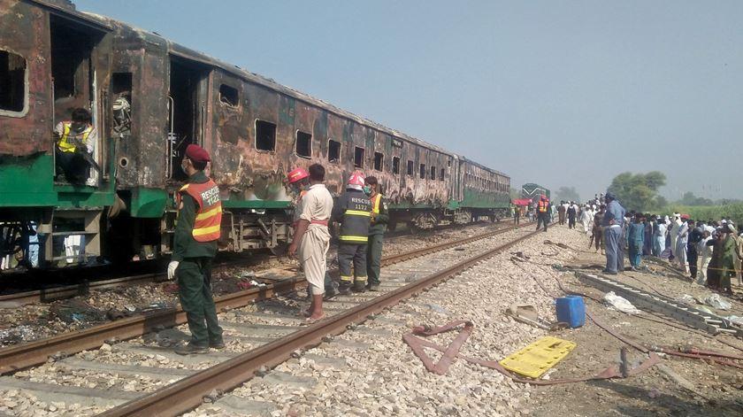Paquistão. Explosão seguida de incêndio faz mais de 70 mortos num comboio