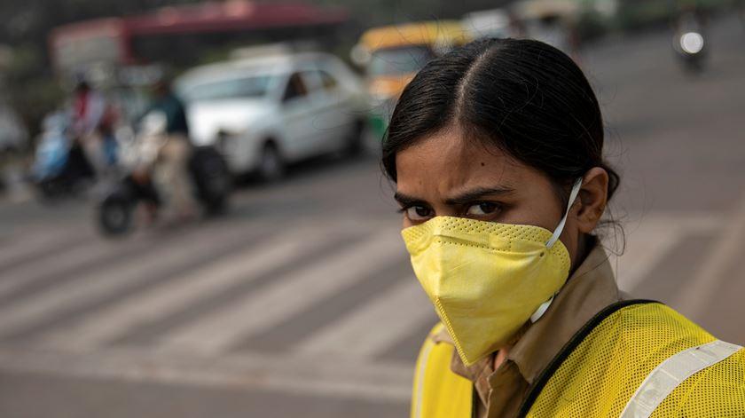 """""""É sufocante"""". Poluição em Nova Deli atinge níveis iguais ao consumo de 50 cigarros por dia"""