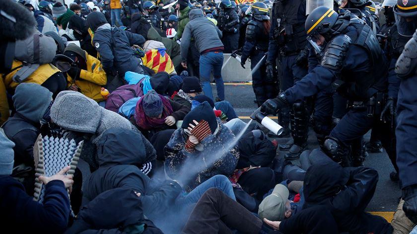 """Polícia francesa empurra """"Tsunami Democrático"""" até Espanha"""