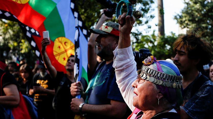 Chile anuncia referendo à Constituição depois de intenso mês de protestos