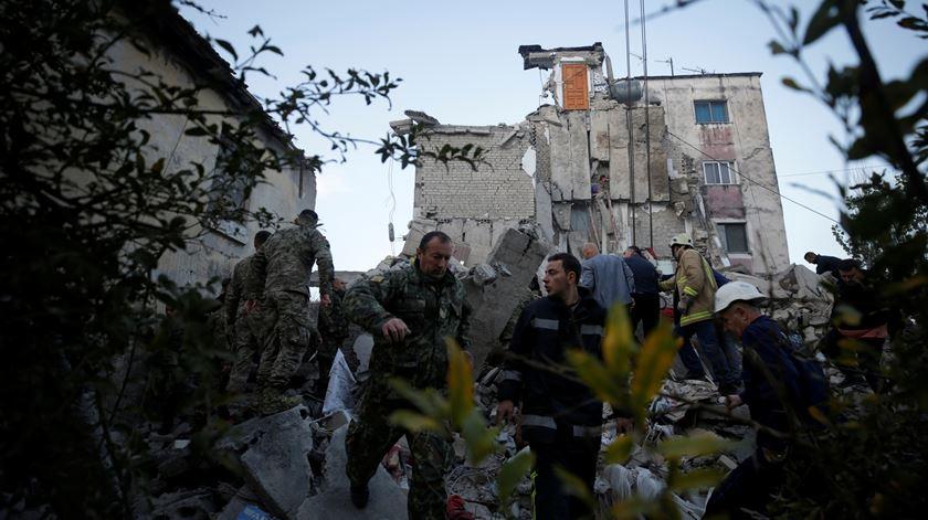 Criança resgatada dos escombros na Albânia, onde o número de vítimas não pára de aumentar