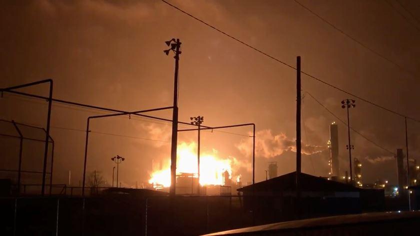 Explosão em petroquímica do Texas obriga à retirada de 60 mil pessoas