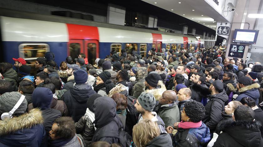 França. Sexto dia consecutivo de protestos provoca caos nos transportes públicos