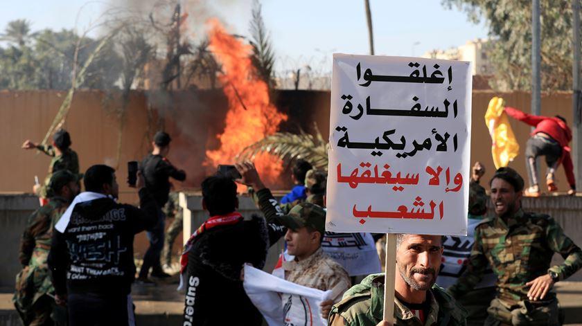 """""""Morte à América"""". Centenas de manifestantes cercam embaixada em Bagdad"""