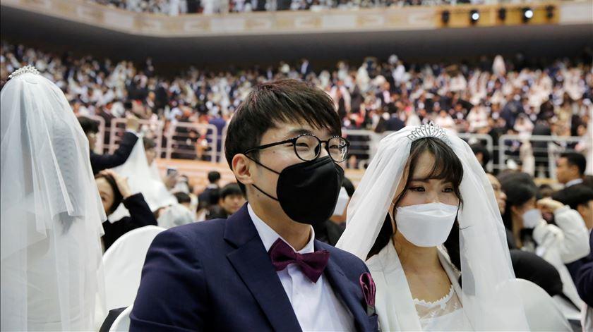 Casamento em massa reúne 30 mil pessoas apesar de ameaça do coronavírus