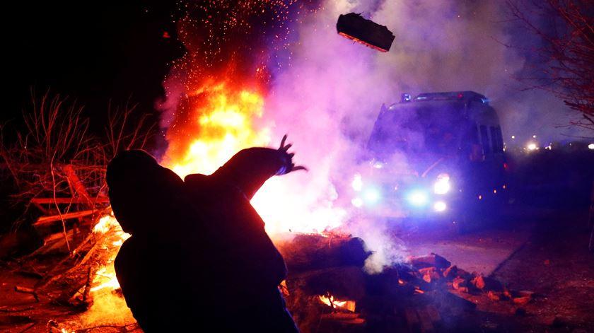 Ucranianos protestam violentamente contra chegada de repatriados da China