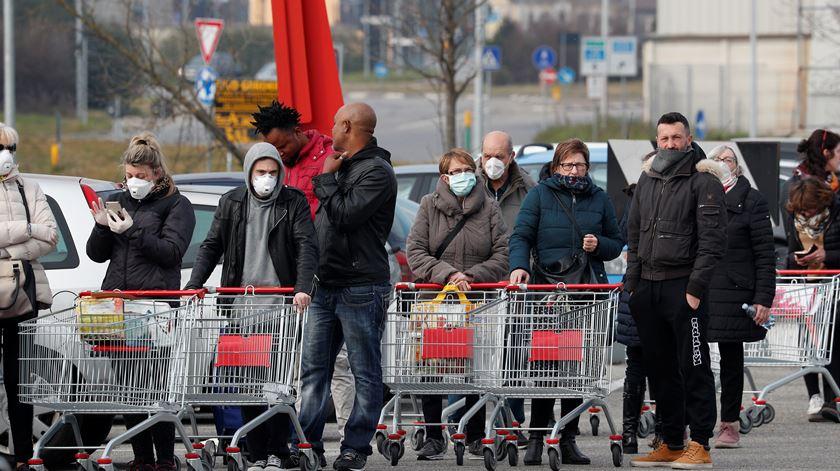 Coronavírus. Estado de emergência leva italianos a esvaziarem prateleiras de supermercados
