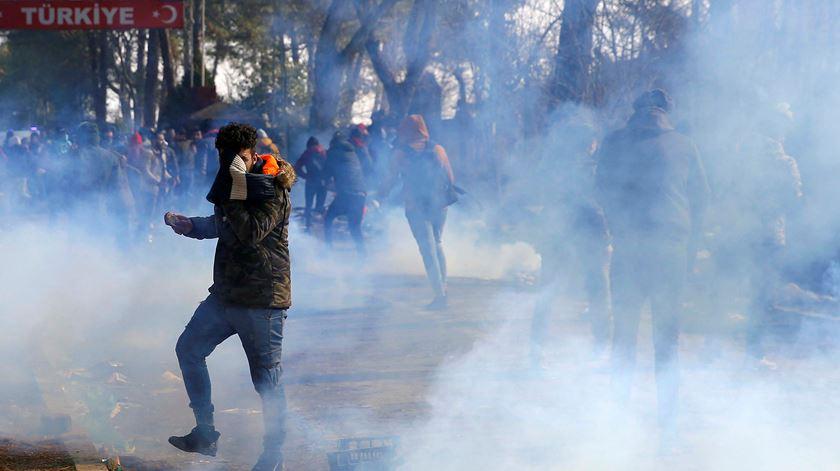 Êxodo em massa de migrantes. Polícia grega usa gás lacrimogéneo para proteger fronteiras