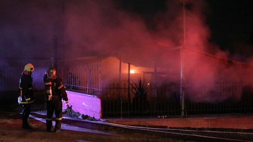Incêndio destrói centro social de refugiados em Lesbos
