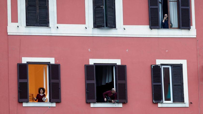 """Coronavírus. Do hino italiano à """"Macarena"""", italianos cantam à janela para combater isolamento"""