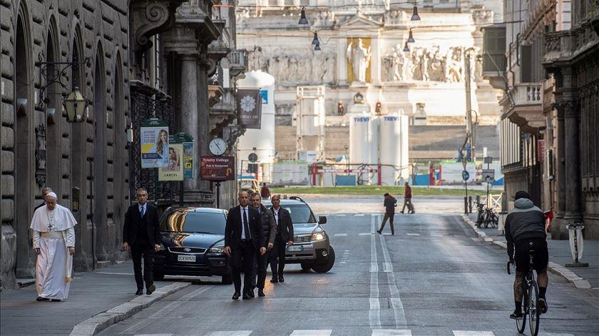 Francisco caminhou pelas ruas desertas de Roma e rezou pelo fim do coronavírus