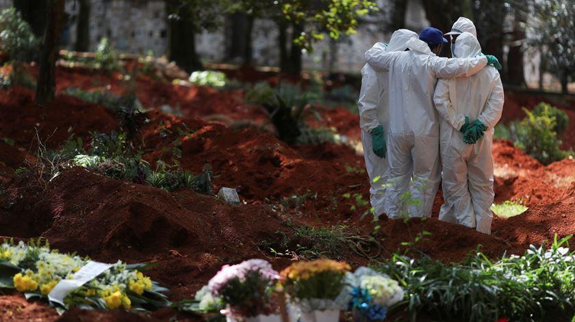 Maior cemitério do Brasil prepara-se para enterros em massa. Bolsonaro continua a ignorar isolamento social
